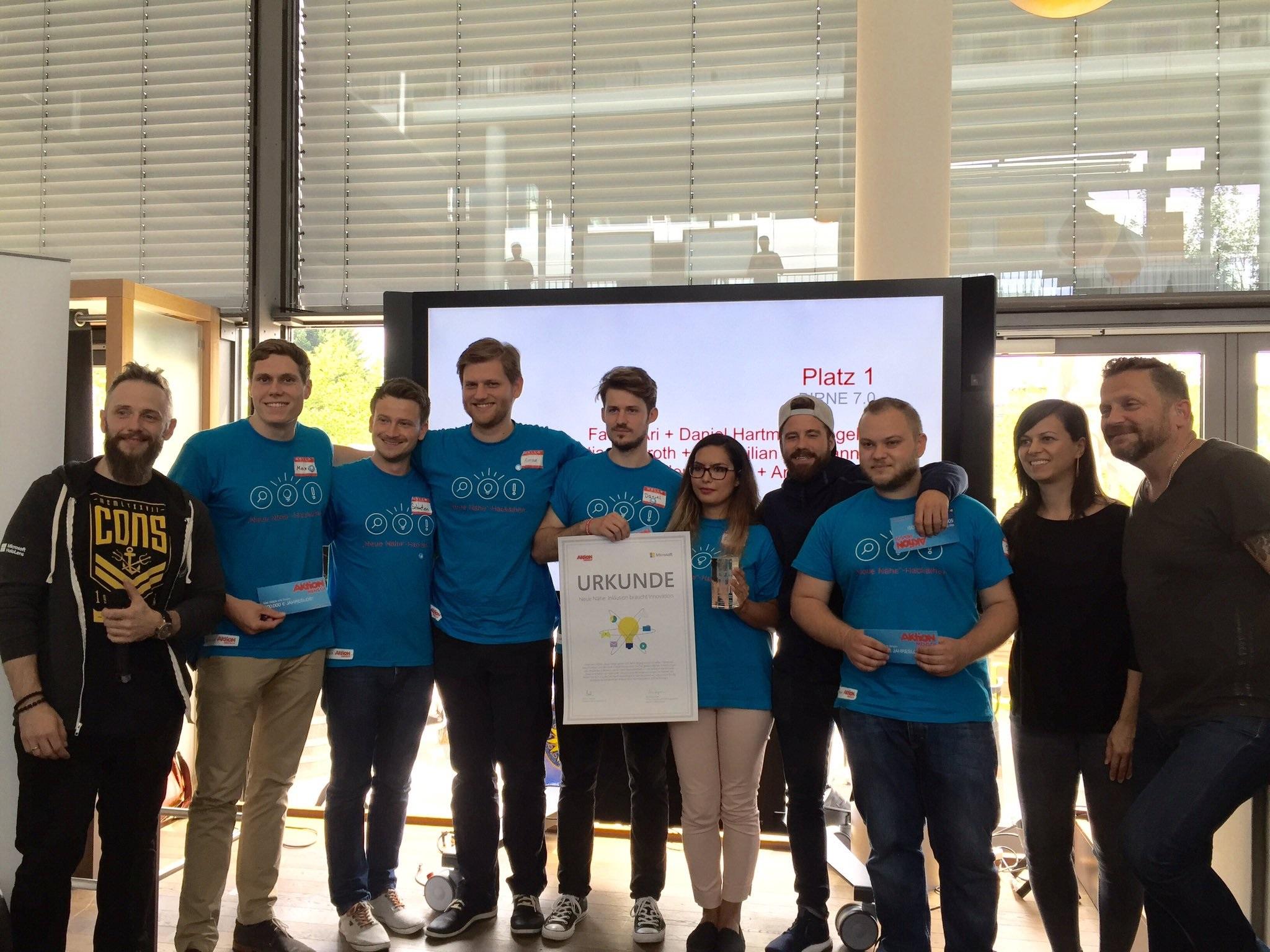 Bild Preisverleihung Hackathon. BIRNE7, Aktion Mensch und Microsoft auf einem Bild.