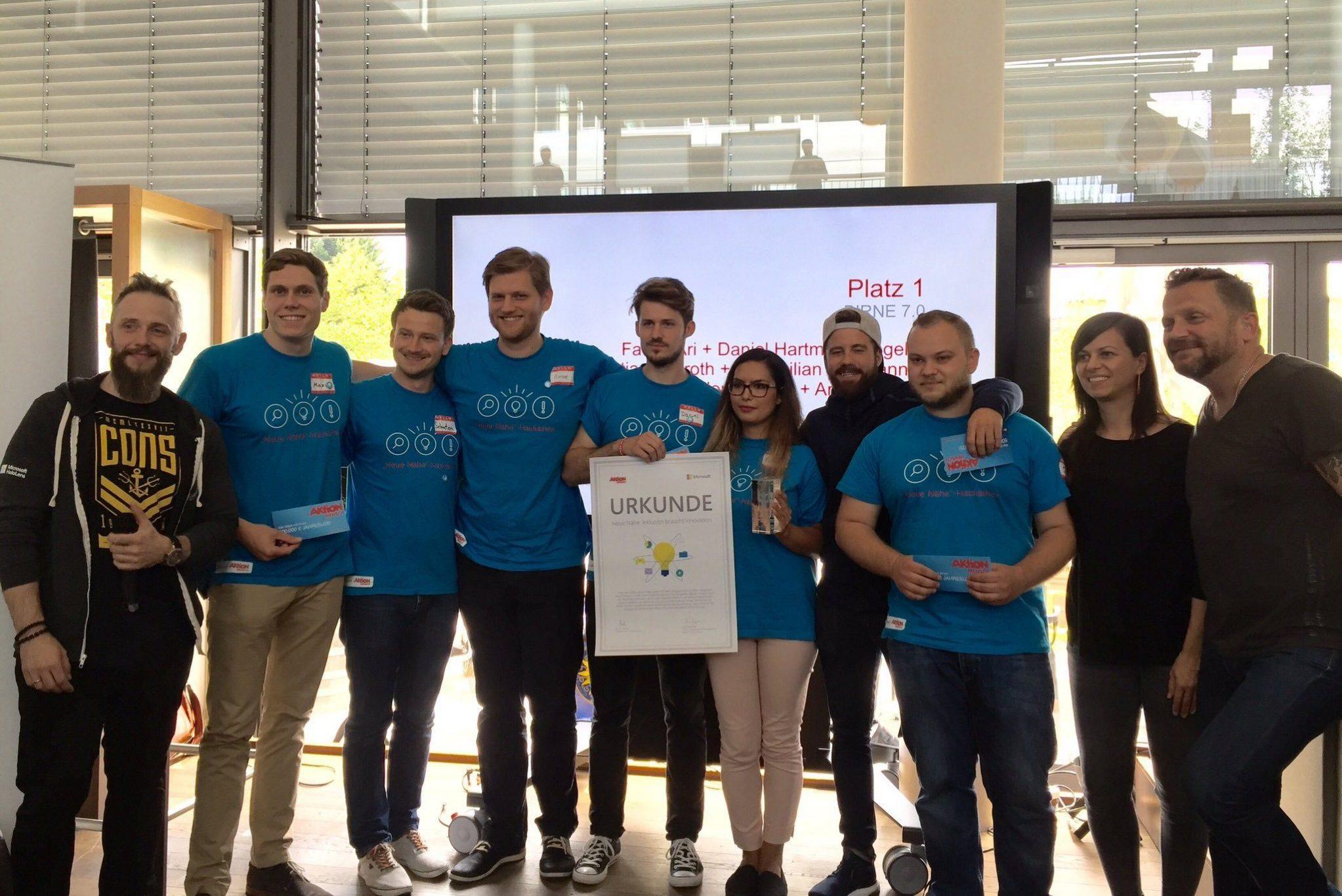 Hackathon - Gewinnerfoto mit Urkunde
