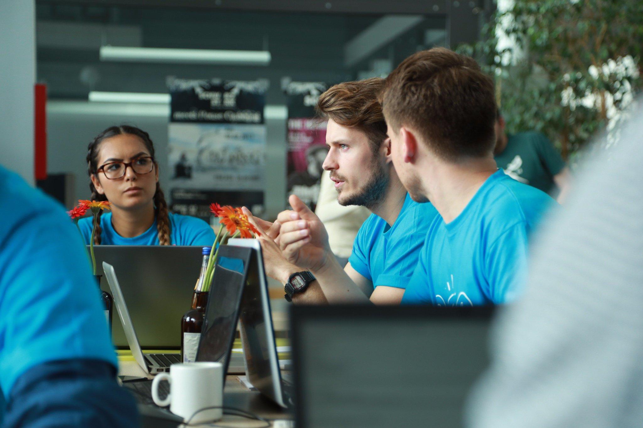 Bild Hackathon. BIRNE7, Fatma Ari, Daniel Hartmann Vogel und Sebastian Schroth entwickeln die Plattform.