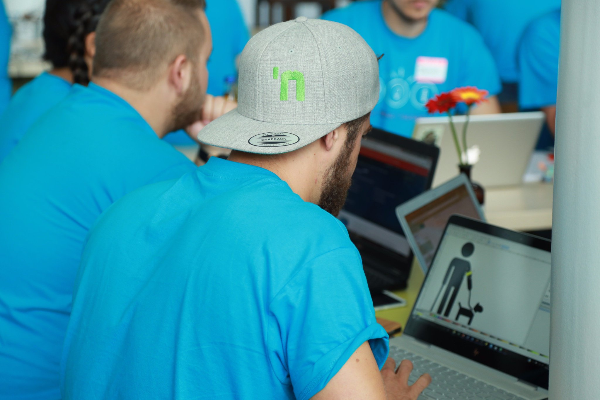 Bild Hackathon. BIRNE7-Mitglied, Jonas Jung, sitzt am Laptop und designt.