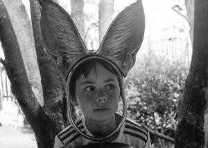 Junge mit Hasenohren