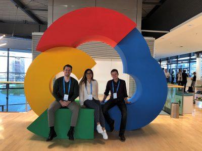 Gruppenfoto von drei Vorstandsmitgliedern am Google Cloud Logo