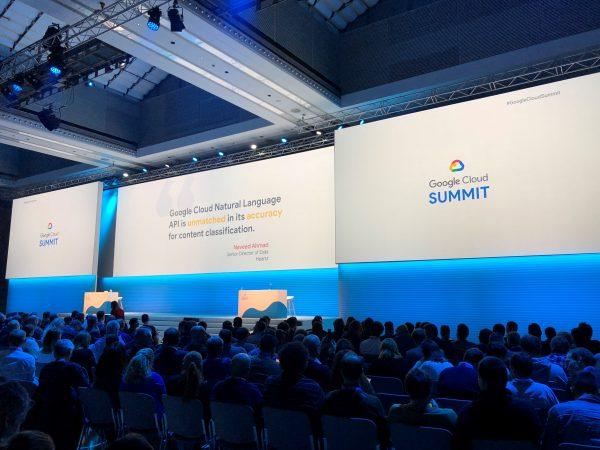 Google Cloud Veranstaltung, große Bühne mit blauen Lichtern.