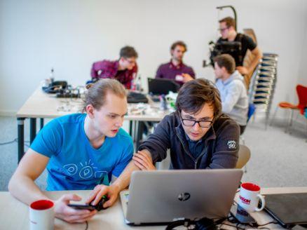 Zwei Entwickler widmen sich der Inklusionsdatenbank von BIRNE7