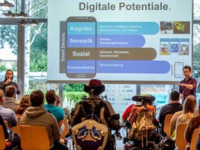 Sebastian Schroth beim Vortrag, während er digitale Potentiale beschreibt